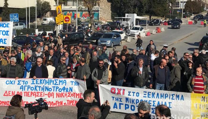 Αγρότες απέκλεισαν την οδό Εγνατία στη ΔΕΘ