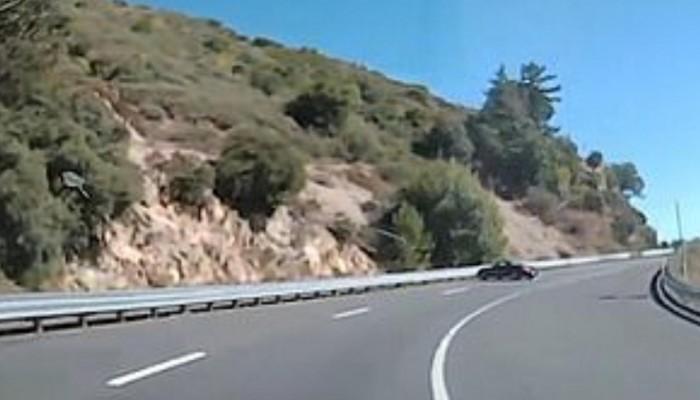 Οδηγός τρέχει με ιλιγγιώδη ταχύτητα, χάνει τον έλεγχο και πέφτει στο στηθαίο (βιντεο)