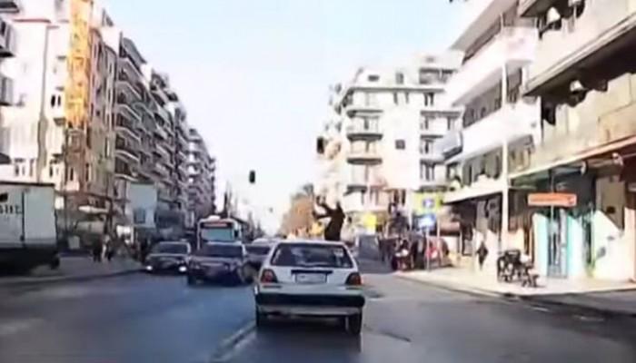 Τρομακτικό βίντεο με την παράσυρση πεζής γυναίκας σε δρόμο
