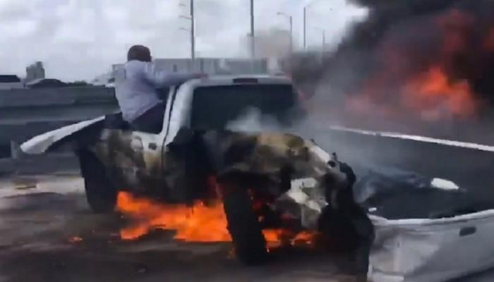 Βίντεο: Άνδρας τραβά από φλεγόμενο αυτοκίνητο τον εγκλωβισμένο οδηγό