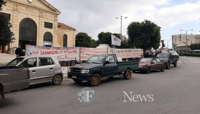 Τα αγροτικά τους οχήματα κατεβάζουν στη Δημοτική Αγορά οι αγρότες την Τρίτη