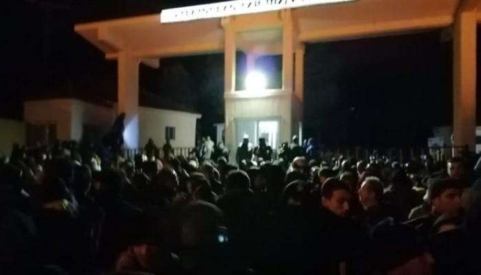 Άνδρας πυροβολεί έξω από το στρατόπεδο που βρίσκονται τα ΜΑΤ στη Μυτιλήνη (βιντεο)