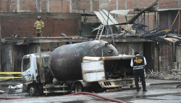 Τριάντα οι νεκροί από την έκρηξη του βυτιοφόρου στο Περού