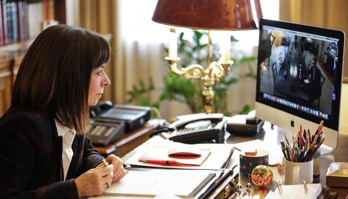 Τηλεδιάσκεψη Μητσοτάκη - Σακελλαροπούλου με φόντο κορονοϊό και οικονομία