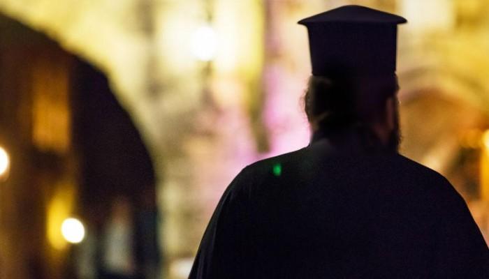 Συνελήφθη ο παπάς με το παραλήρημα κατά των μασκών σε αγιασμό σχολείου στο Ρέθυμνο