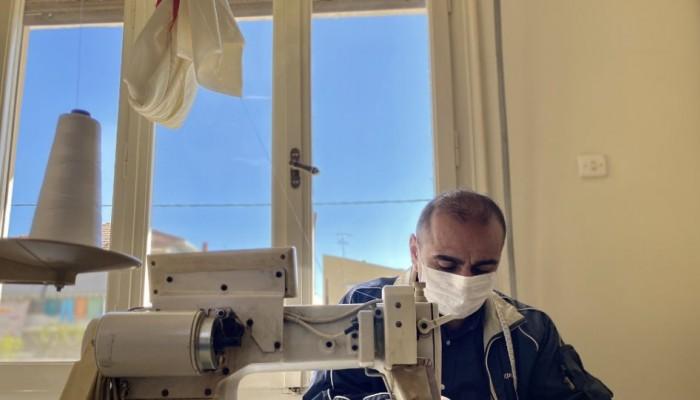 Ο Ιρακινός ράφτης που φτιάχνει εθελοντικά μάσκες για πρόσφυγες και ντόπιους
