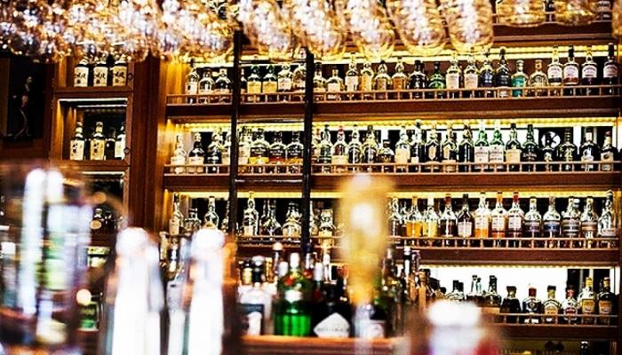 Τι θα γίνει με το ωράριο των μπαρ – Οι σκέψεις της κυβέρνησης για τα τοπικά lockdown