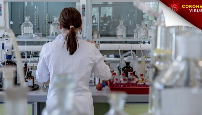 Νοσοκόμα περιποιόταν ασθενείς με κορονοϊό φορώντας διάφανη στολή