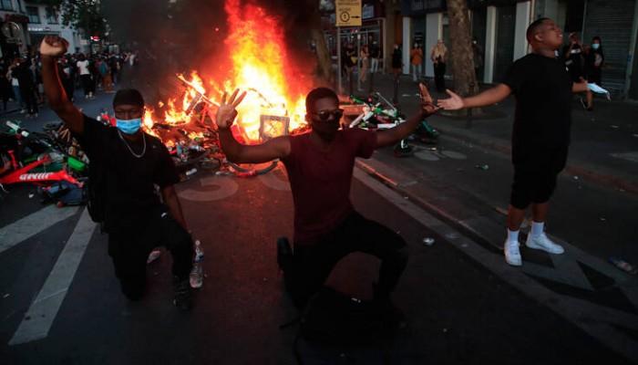 Συγκρούσεις και στο Παρίσι: Οδοφράγματα και συλλήψεις σε αντιρατσιστική πορεία