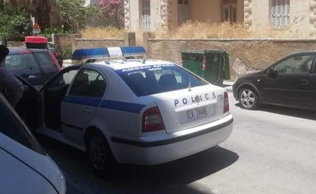 Κινητοποίηση αστυνομίας και πυροσβεστικής για να σωθεί γατάκι στα Χανιά (φωτο)