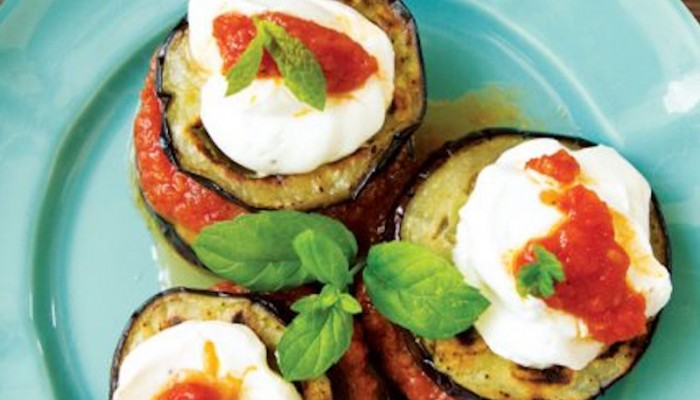 Μελιτζάνες με σάλτσα ντομάτας και αρωματικό γιαούρτι