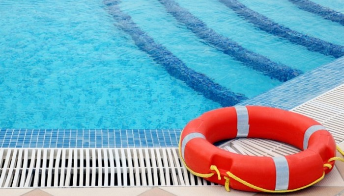 Προσοχή στις βουτιές σε θάλασσα και πισίνα. Τι συνιστούν οι ειδικοί