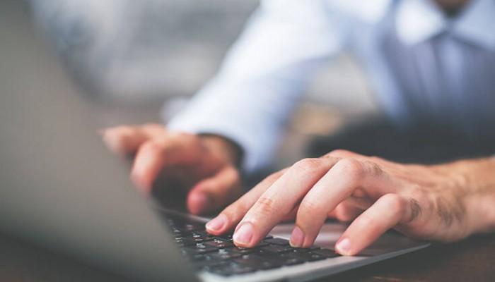 Συνδυασμό εργασίας στο γραφείο και τηλεργασίας προτιμούν οι εργαζόμενοι
