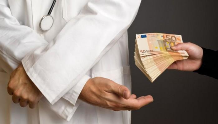 Γυναικολόγος ζήτησε φακελάκι 500 ευρώ για να κάνει μία επέμβαση