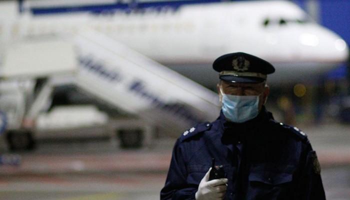 Κρήτη: Αστυνομικοί με μια απλή μάσκα και γάντια κάνουν τους ελέγχους covid στα αεροδρόμια