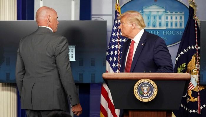 """""""Πάγωσε"""" ο Τραμπ! Πυροβολισμοί στον Λευκό Οίκο – Διακόπηκε η συνέντευξη Τύπου του"""