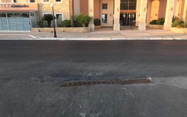 Έπεσε άσφαλτος στην Αγία Μαρίνα αλλά ο δρόμος είναι επικίνδυνος (φωτο)