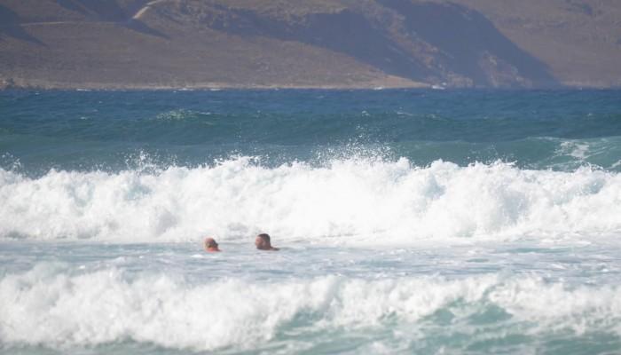 Χανιά: Πήγε να κάνει μπάνιο με 7 μποφόρ! Πάλεψε με τα κύματα ο ναυαγοσώστης (φωτο)
