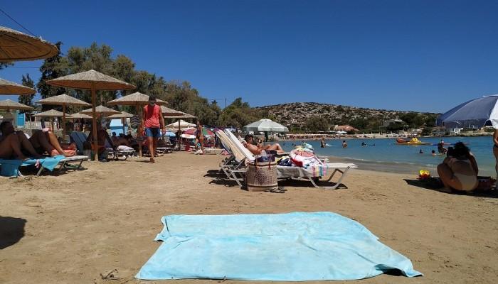 Το αδιαχώρητο σε παραλία στα Χανιά - Πολύωρη αναμονή για μια ξαπλώστρα λόγω καιρού