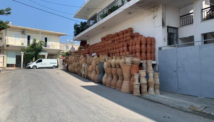 Χανιά: Δρόμος και πεζοδρόμιο εκθεσιακός χώρος για... γλάστρες (φωτό)