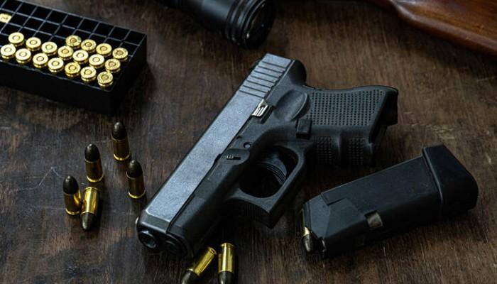 Τον συνέλαβαν και βρήκαν πιστόλι κρυμμένο σε ένα… περίεργο μέρος του σώματός του