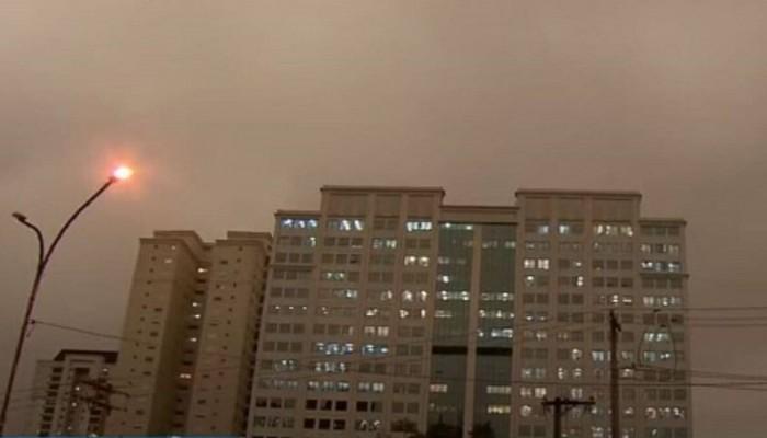 Η μέρα έγινε νύχτα και έριξε μαύρη βροχή στο Σάο Πάολο εξαιτίας των πυρκαγιών