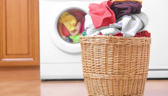 Τα συνθετικά ρούχα ρυπαίνουν το περιβάλλον με 176.500 τόνους μικρο-ινών τον χρόνο