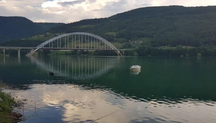 Οι Σέρβοι του βόρειου Κοσόβου μετονόμασαν λίμνη τους σε… «λίμνη Τραμπ»