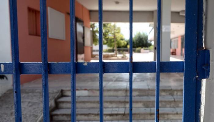 Σοκ: Άνδρας αυνανιζόταν σε δημοτικό σχολείο φορώντας γυναικεία εσώρουχα