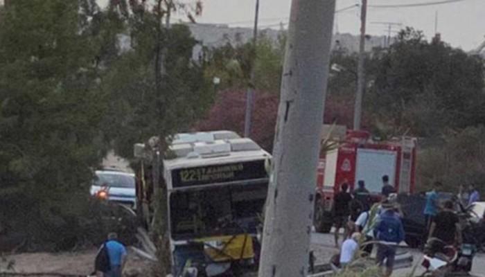 Σοβαρό τροχαίο στην Αγία Μαρίνα Αττικής: ΙΧ συγκρούστηκε με λεωφορείο