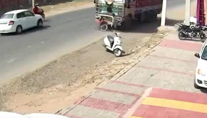 Απίστευτο βίντεο: Αγοράκι παρασύρεται από φορτηγό και… βγαίνει χωρίς γρατζουνιά