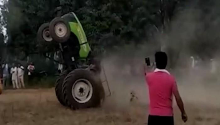 «Fast and Furius» με τρακτέρ: Αγρότες κάνουν σούζες και το πλήθος τους επευφημεί