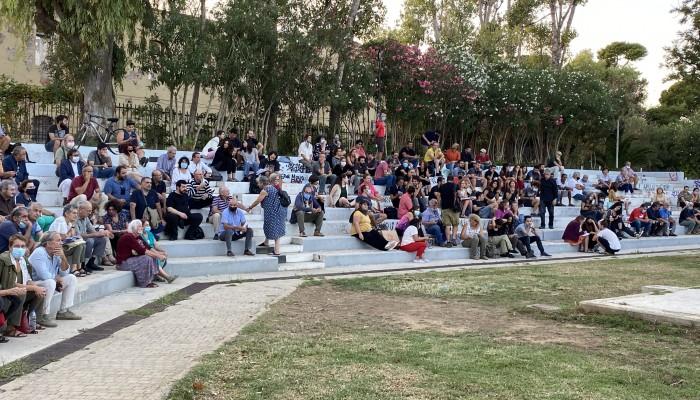 Πλήθος κόσμου στη σύσκεψη για τα κτίρια στον Λόφο Καστέλι (φωτο)