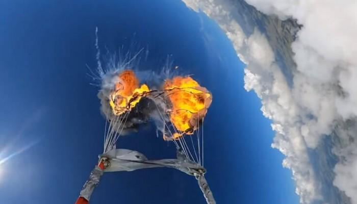 Έκανε ελεύθερη πτώση βάζοντας φωτιά στο αλεξίπτωτο (βίντεο)