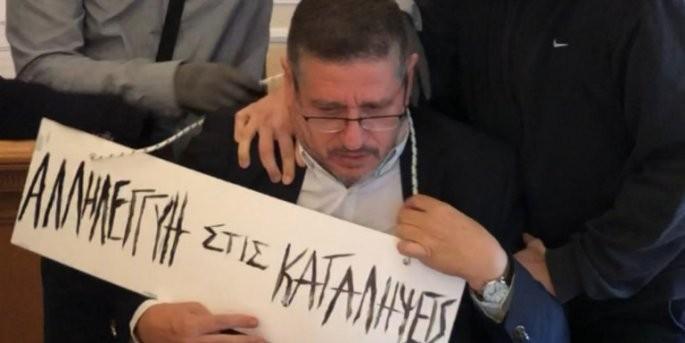 Επίθεση στον πρύτανη της ΑΣΟΕΕ - Του φόρεσαν ταμπέλα στο λαιμό (φωτο)