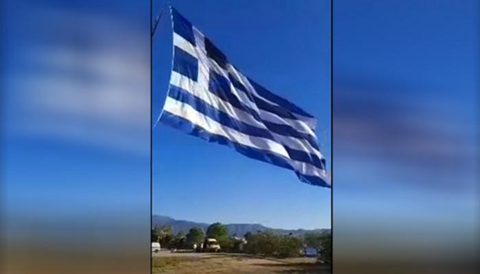 Κρητικοί ύψωσαν τη μεγαλύτερη σημαία στο Καστελόριζο (βίντεο)