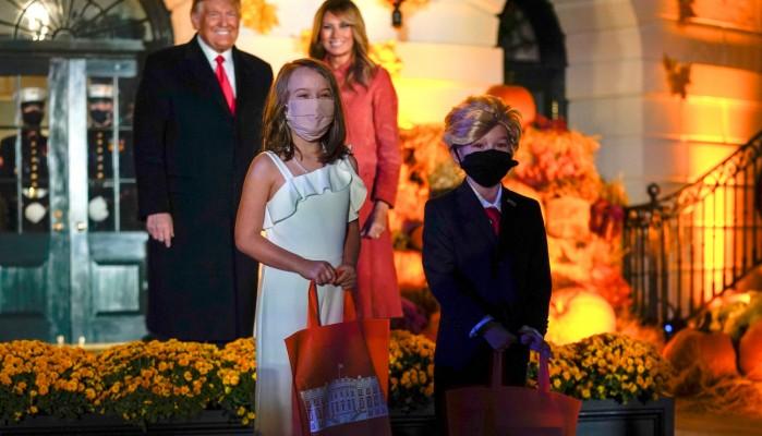 Halloween: Δύο πιτσιρίκια ντύθηκαν Ντόναλντ και Μελάνια Τραμπ και πήγαν στο Λευκό Οίκο