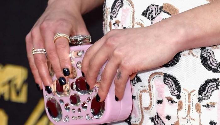 Πώς μπορείτε να διπλασιάσετε τη ζωή του μανικιούρ σας; Celebrity manicurist απαντά