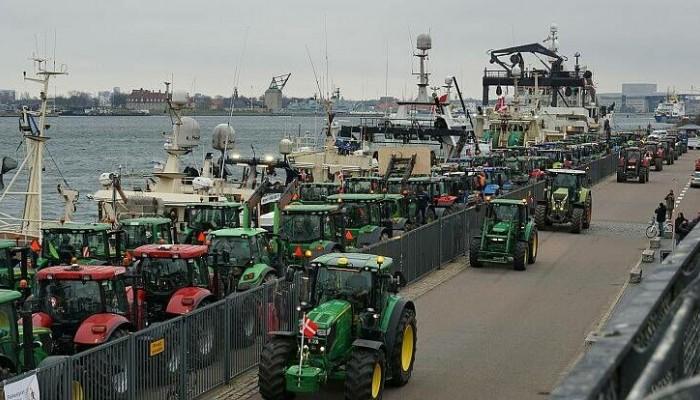Οργή των εκτροφέων βιζόν στη Δανία – Βγήκαν τα τρακτέρ στους δρόμους της Κοπεγχάγης