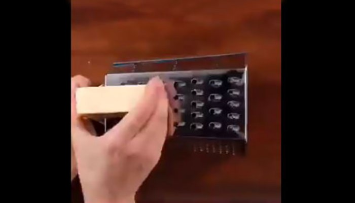 Τρίβατε το τυρί λάθος τόσα χρόνια! Δείτε πώς γίνεται κανονικά…