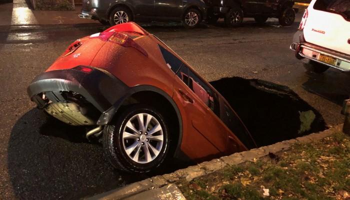 Τεράστια τρύπα που άνοιξε ξαφνικά σε δρόμο «κατάπιε» αυτοκίνητο