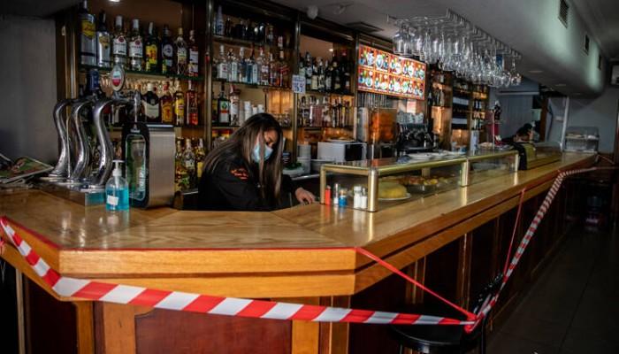 Μπαρ στη Μαδρίτη ζητεί από τους τακτικούς του πελάτες να προπληρώσουν τα ποτά τους