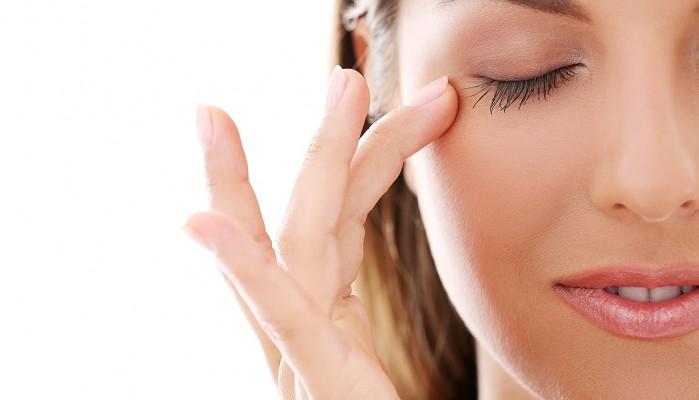 Πώς να αντιμετωπίσετε τους μαύρους κύκλους κάτω από τα μάτια με φυσικό τρόπο