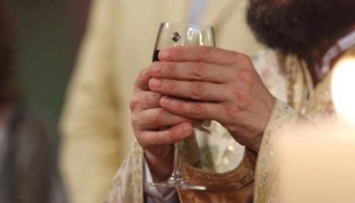 Γιατί στον γάμο ο ιερέας προσφέρει κόκκινο κρασί