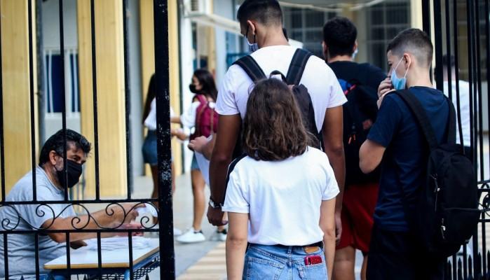 Γονείς κατέθεσαν μήνυση στην Κεραμέως γιατί δεν θέλουν να κάνουν self test τα παιδιά τους