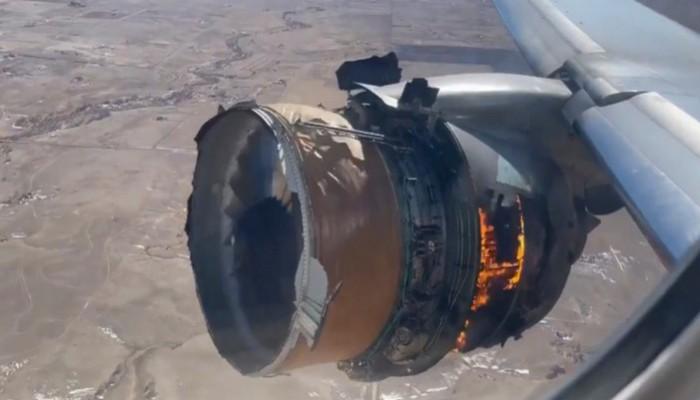 Boeing 777: Κόπωση υλικού εντόπισαν στον κινητήρα του αεροσκάφους, που «έβρεξε» συντρίμμια