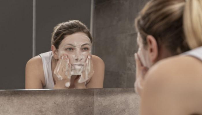 Καθαρισμός προσώπου: Τα πιο συνηθισμένα λάθη που πρέπει να αποφεύγουμε