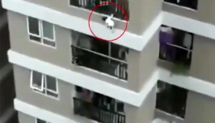 Βίντεο που κόβει την ανάσα: Παιδί 2 ετών πέφτει από τον 12ο όροφο και το σώζει ντελιβεράς