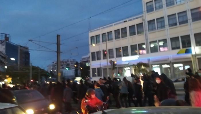 Νέα επεισόδια στη Νέα Σμύρνη: Χρήση κρότου – λάμψης από την αστυνομία (βιντεο)