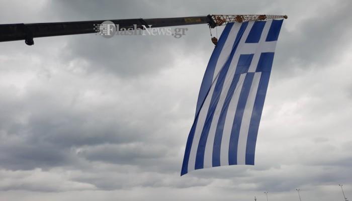 Σήκωσαν τεράστια ελληνική σημαία στο Ρέθυμνο με γερανό! (φωτο - βίντεο)